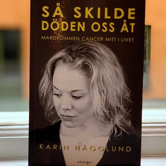 """Karin Hägglunds bok """"Så skilde döden oss åt"""", stående på ett fönsterbräde."""